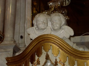 chiesa altare putti